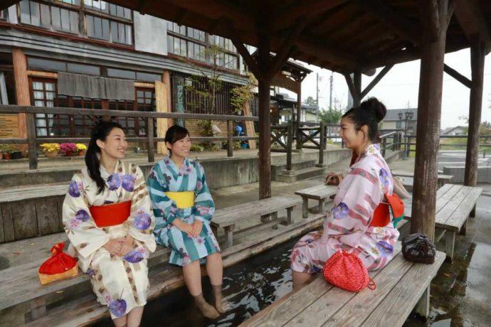 野沢温泉の「湯らり」で足湯をする女性たち