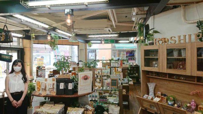 静岡県伊東市にあるアンテナショップNukumallの女性スタッフと店内