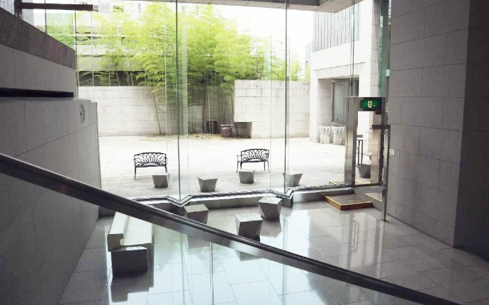 岡山県立美術館の2階展示室へ向かう途中の階段にある踊り場