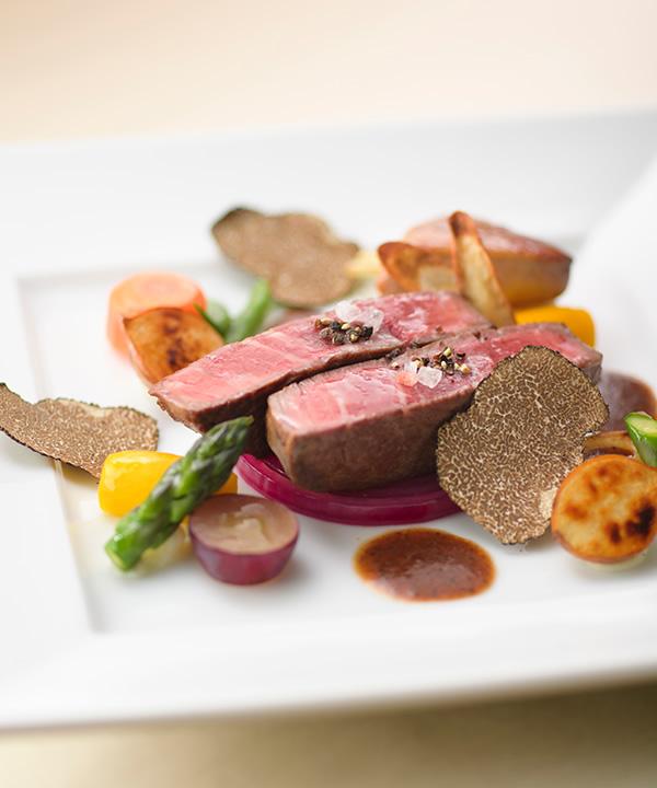 披露宴会場で提供される肉料理