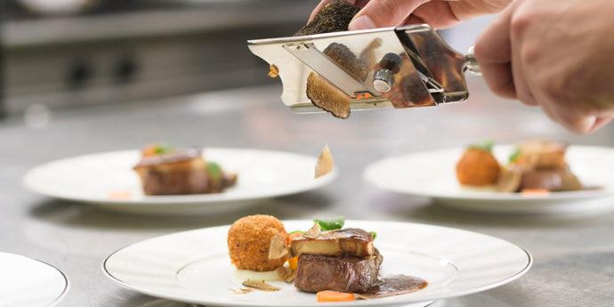 牛肉のステーキとフォアグラ、ライスコロッケの料理