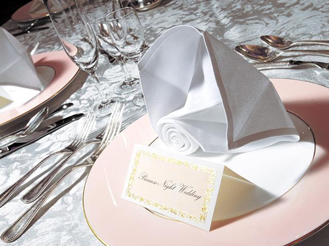 白とピンクにまとめられた披露宴会場のテーブル