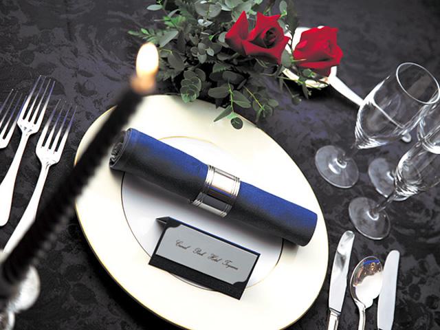 シックな色に統一された披露宴会場のテーブル