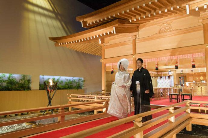 オークスカナルパークホテル富山にある神殿で結婚式を行う2人