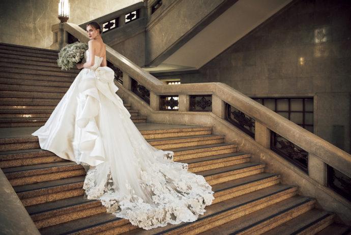 ウェディングドレス姿で階段を歩く女性