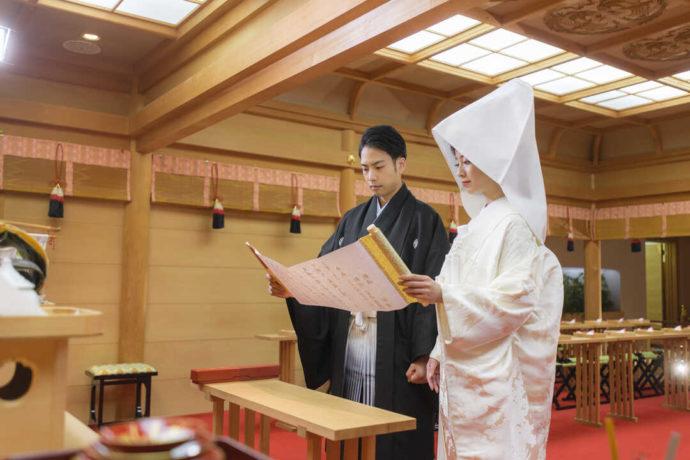 出雲大社の分社で神前式を行う新郎新婦