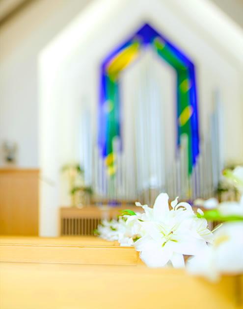 チャペルに置かれた複数の白い花