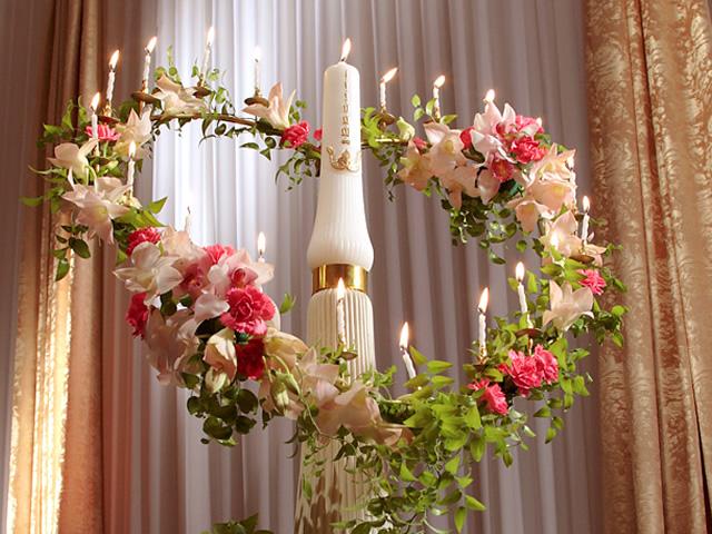 ピンクを基調としたお花で飾られたキャンドル