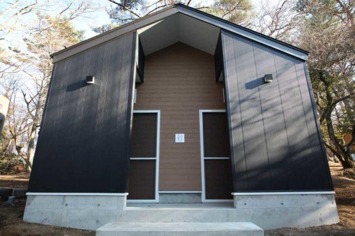 小田急山中湖フォレストコテージの森林側に位置するトイレ