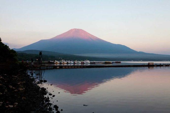 山中湖フォレストコテージの桟橋から見える富士山と山中湖