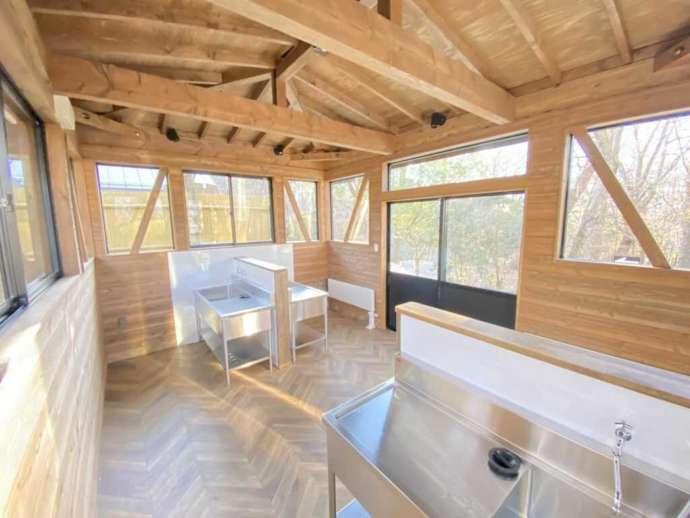 小田急山中湖フォレストコテージの森林側に位置する炊事場の内観