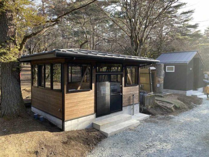 小田急山中湖フォレストコテージの森林側に位置する炊事場(画像左)とトイレ(画面右)