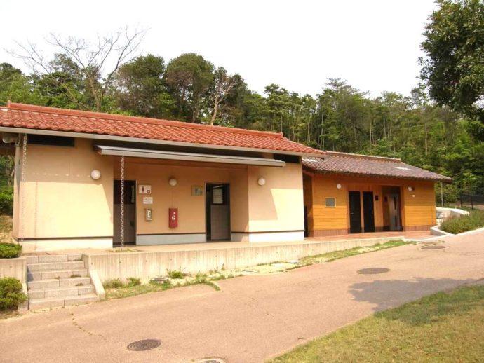 島根県益田市にある島根県立万葉公園オートキャンプ場のシャワートイレ棟