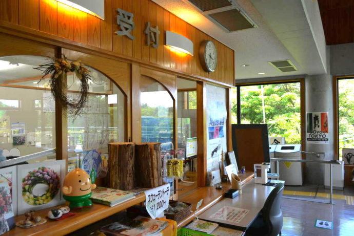 島根県立万葉公園オートキャンプ場にある管理センターの受付