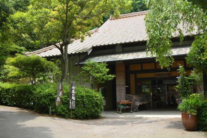 島根県益田市の島根県立万葉公園にある休憩所・やすらぎの家