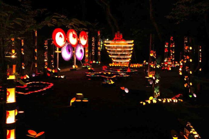 島根県益田市にある島根県立万葉公園で行われた竹灯籠イベントの様子