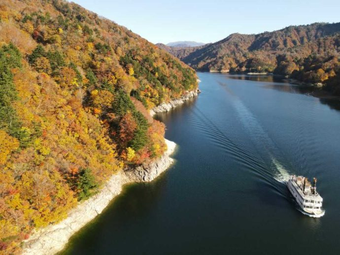 銀山平温泉 奥只見山荘付近で楽しめる奥只見湖遊覧船