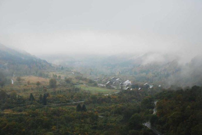 朝靄に包まれる銀山平温泉 奥只見山荘