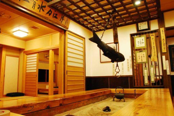 銀山平温泉 奥只見山荘の玄関ロビーには囲炉裏がある