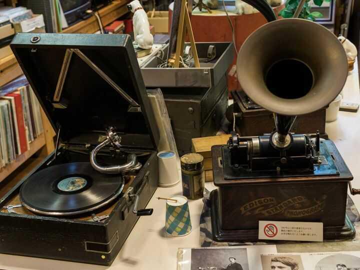 音浴博物館にある録音再生装置と蓄音機