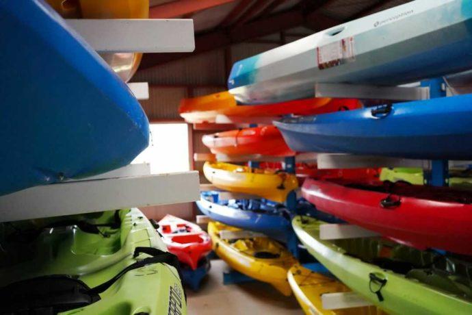 大串キャンプ場には計66艇のシーカヤックがある