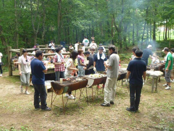恐羅漢エコロジーキャンプ場でBBQを楽しむ人々