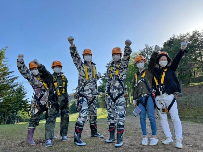 恐羅漢エコロジーキャンプ場でアクティビティを楽しむ人々