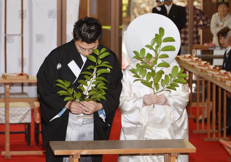 雄山神社前立社壇では毎月何組くらい神前結婚式が執り行われますか