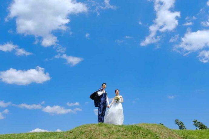 北海道美瑛の丘でロケーションフォトを楽しむ2人