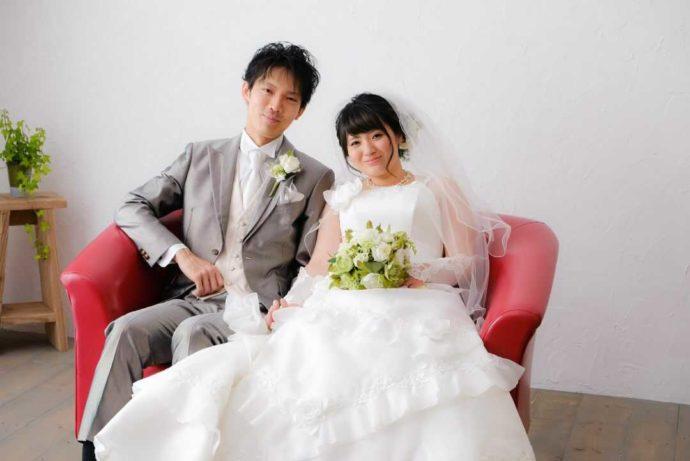 フォトシーズンのスタジオで、結婚写真を撮る2人