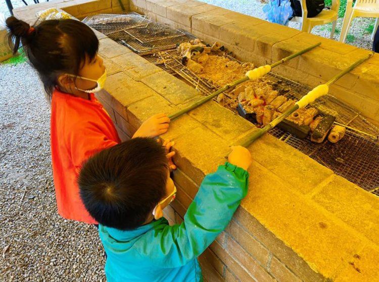 福岡県飯塚市にある「ピクニカ共和国」のまきまきパン焼き体験