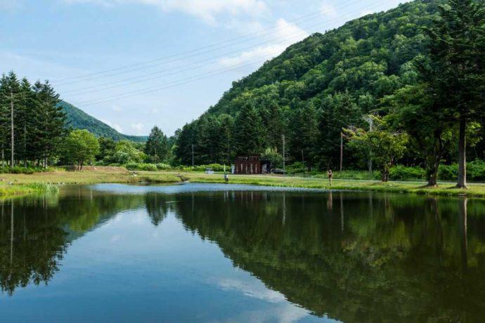 北海道余市郡にあるアカイガワ・トモ・プレイパーク周辺の雄大な自然