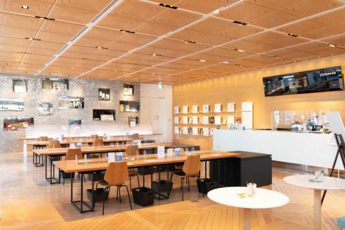 東京都新宿区にあるDNPプラザのカフェの内観