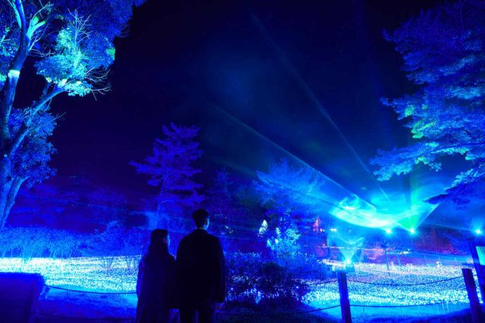 京都るり渓温泉 for REST RESORTでオーロライルミネーションを見るカップル