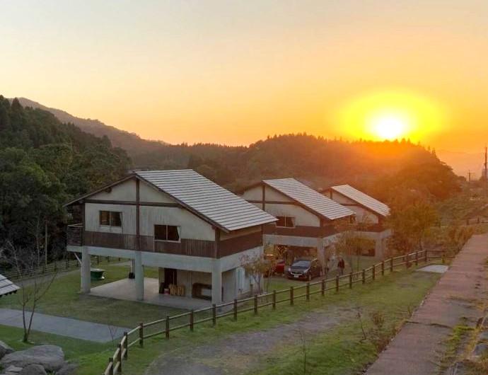 「猿ケ城渓谷森の駅たるみず」の洋風コテージと夕陽
