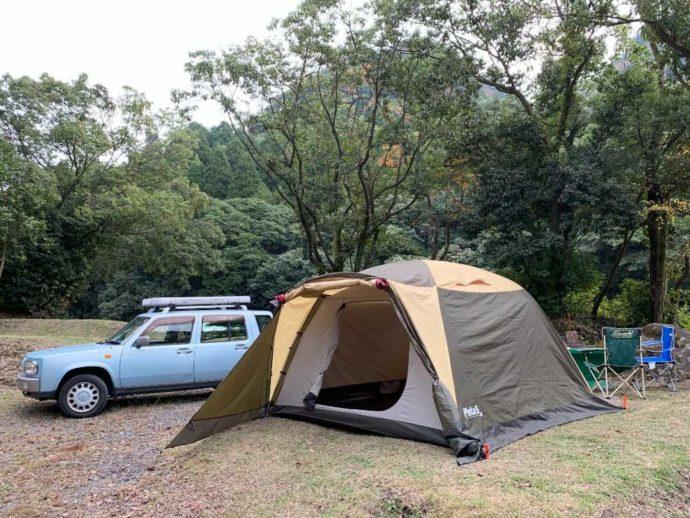 猿ケ城渓谷「森の駅たるみず」にあるオートキャンプサイトに設営されたテントと車