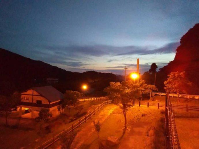 「猿ケ城渓谷森の駅たるみず」の夕暮れ風景