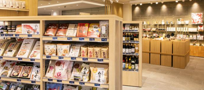 アンテナショップ・日比谷しまね館の商品の陳列棚