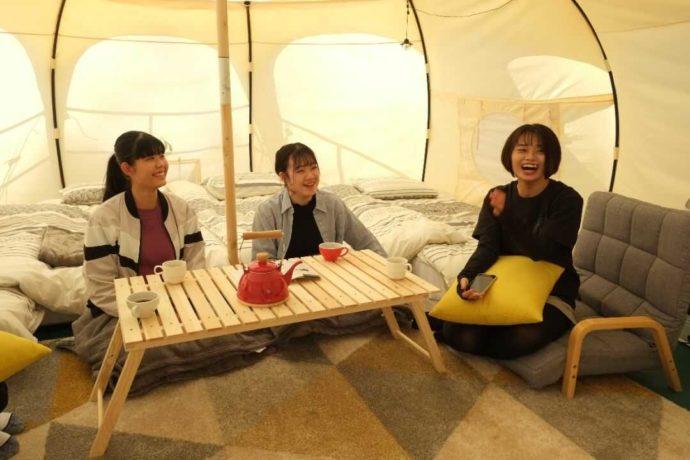 ひるぜん塩釜キャンピングヴィレッジにあるロータスベルテント内で談笑する女性たち