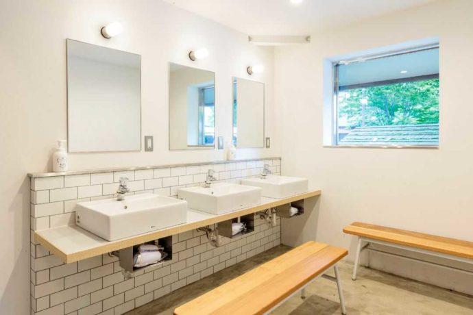ひるぜん塩釜キャンピングヴィレッジにあるシャワーキャビンの洗面台