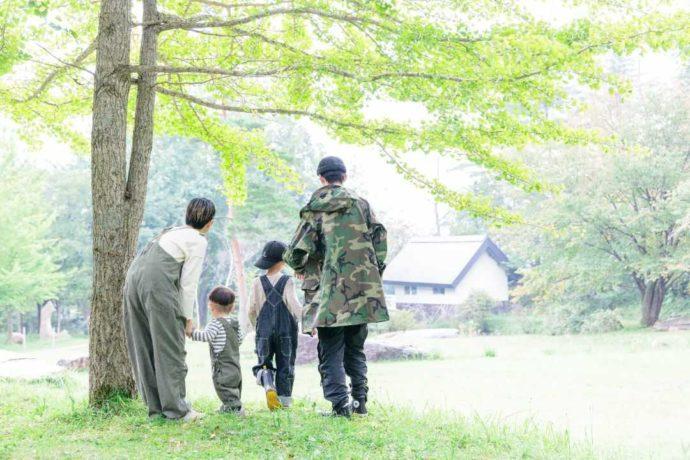 岡山県真庭市にあるひるぜん塩釜キャンピングヴィレッジを散策する家族