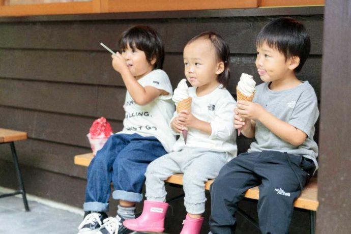 岡山県真庭市のひるぜん塩釜キャンピングヴィレッジで甘味を味わう子供たち