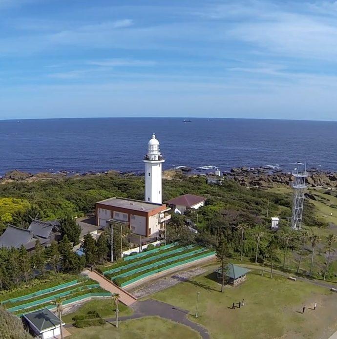 野島崎灯台と海の写真