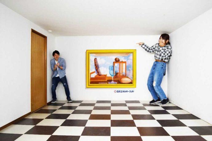 白浜エネルギーランドでトリックアートハウスを楽しむカップル