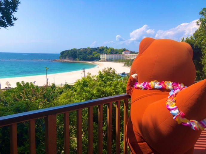 和歌山の人気観光スポットの「白良浜」を眺めるエネゴン