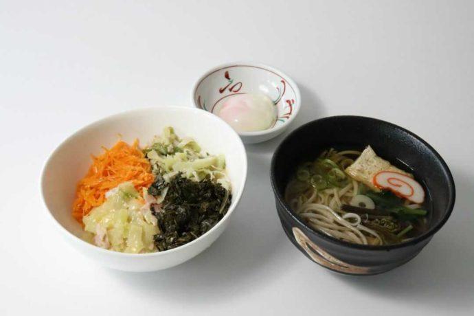 道の駅庄川内にあるレストランで提供されているミニえごまうどん・ミニよごし丼セット