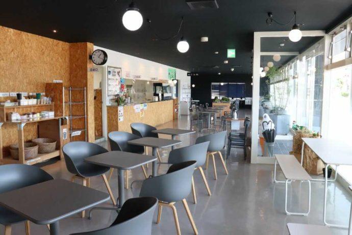 明るくゆったりとくつろげる道の駅庄川内のレストランの店内