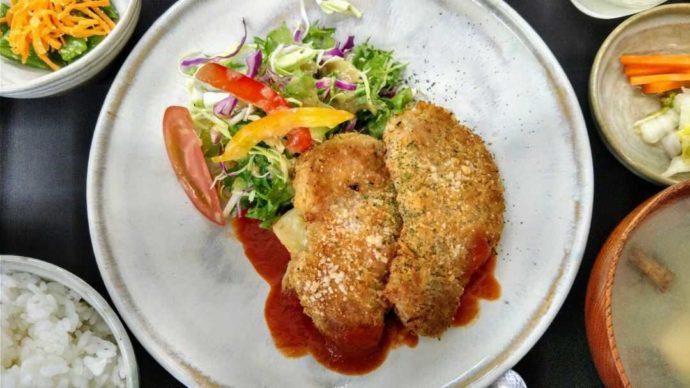 メインのお肉に野菜がたっぷり添えられた庄川峡ランチ