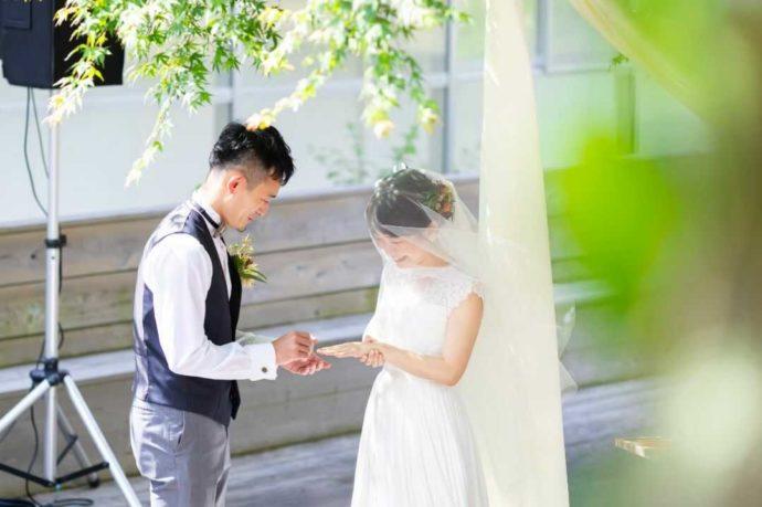 湘南プレミアムWeddingの結婚式で指輪交換をする新郎新婦