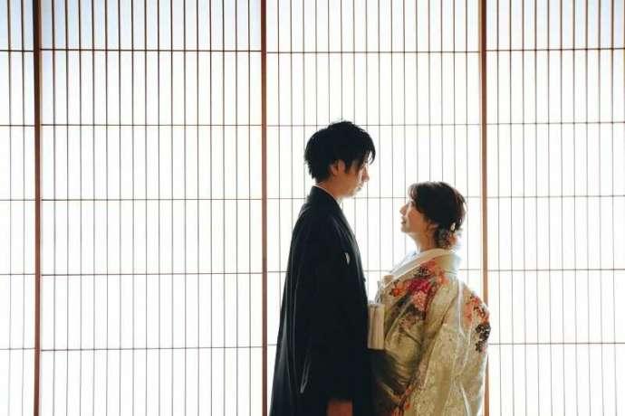 湘南プレミアムWeddingの結婚式で障子の前で見つめ合う新郎新婦